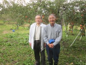 左;私 右:木村さん りんご畑