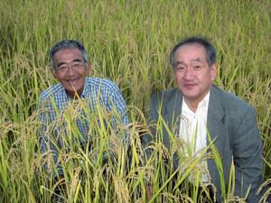左:木村さん 右:私 田んぼ