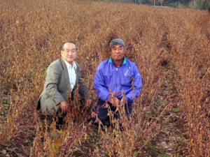 左:私 右:佐藤さん 大豆畑